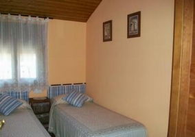 Dormitorio azul con cama de matrimonio