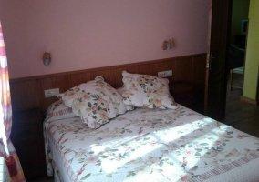 Dormitorio de matrimonio con friso de madera