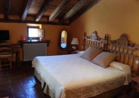 Dormitorio suite Mara con cama de matrimonio