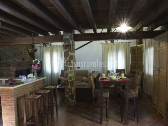 Sala de estar y comedor de la casa con vistas de la barra