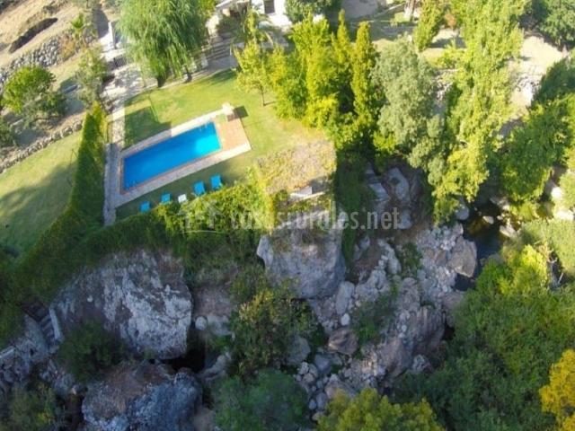 Vistas de la piscina en un entorno natural