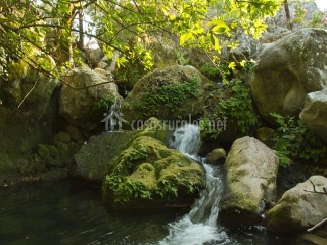 Zona natural del entorno con rocas y agua