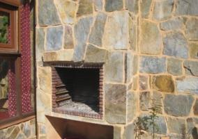Fachada del alojamiento cubierta de piedras