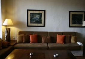 Salón elegante con zona de descanso