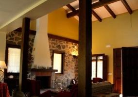 Salón con vigas vistas y chimenea