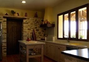 Cocina con pared en piedra