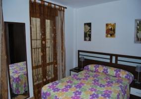 Dormitorio con cama doble estilo cajonera