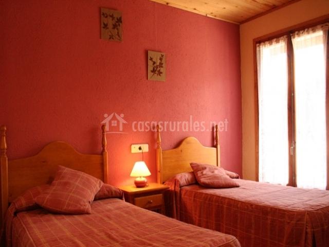 Habitación doble de dos camas en rosa