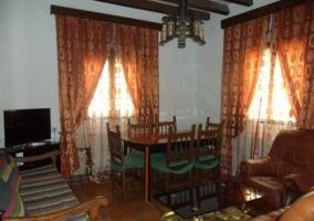 Salón con mesa y sofás