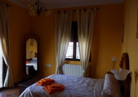 Habitación de matrimonio amarilla