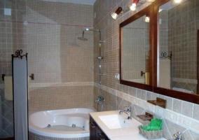 Baño con bañera redonda y dos lavabos