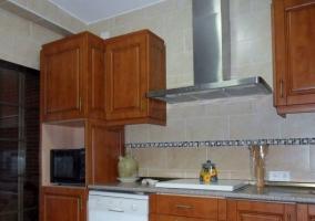 Cocina de madera con microondas
