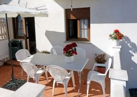 Amplia entrada a la casa con la terraza equipada
