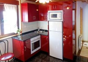Cocina de la casa en rojo y blanco