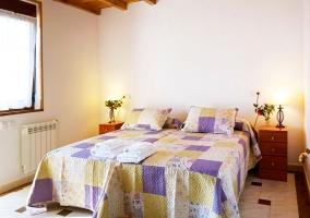 Dormitorio doble con las toallas en blanco