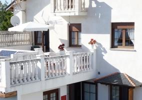 Vistas de la fachada con la terraza en blanco