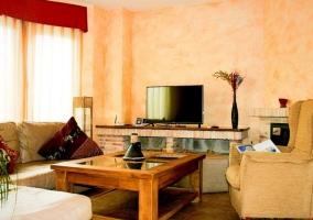 Sala de estar con sillones tapizados y mesa auxiliar de madera