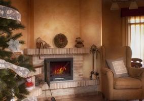 Sala de estar en tonos tierra con chimenea en ladrillo