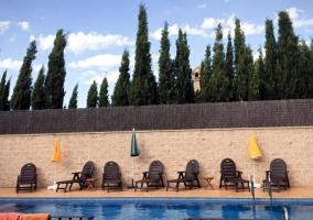Vistas de la piscina y un conjunto de hamacas