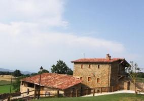 Amplias vistas con las fachadas en piedra y jardines