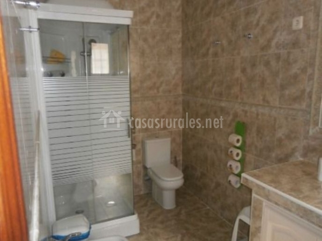Aseo de la casa con ducha y sanitarios