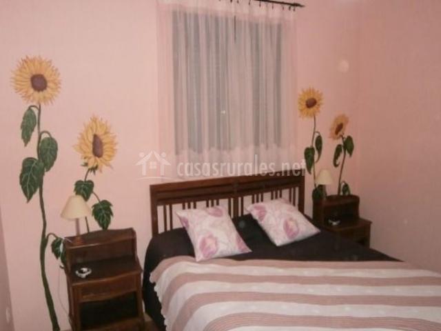 Dormitorio sencillo con girasoles