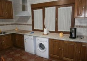 Cocina de la casa con lavadora y lavavajillas