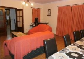 Sala de estar y comedor con detalles en rojo