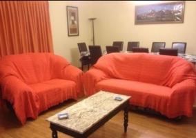 Sala de estar y comedor con varios sillones