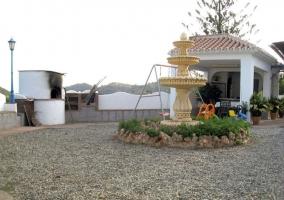 Acceso a los exteriores con barbacoa y patio