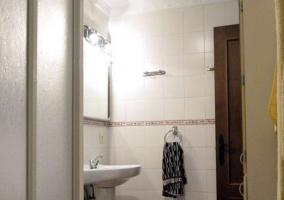 Aseo de la casa con ducha y espejo