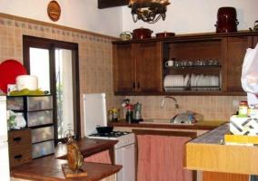 Cocina con ventana y barra