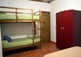 Dormitorio con una litera en color verde