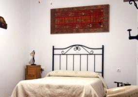Dormitorio de matrimonio con mesillas altas en madera