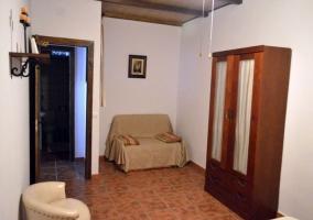 Dormitorio de matrimonio con mesillas y armario
