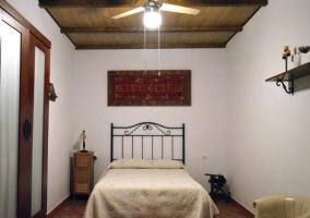 Dormitorio de matrimonio con ventilador de techo