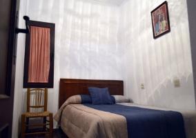 Dormitorio de matrimonio en crudo y azul