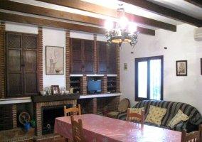 Sala de estar y comedor con la chimenea y cuadros