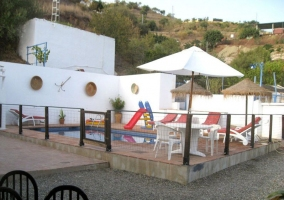 Vistas de las zonas exteriores con la piscina vallada