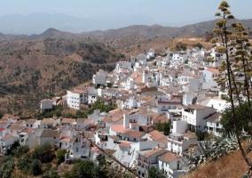 Zona centro del pueblo con casas blancas