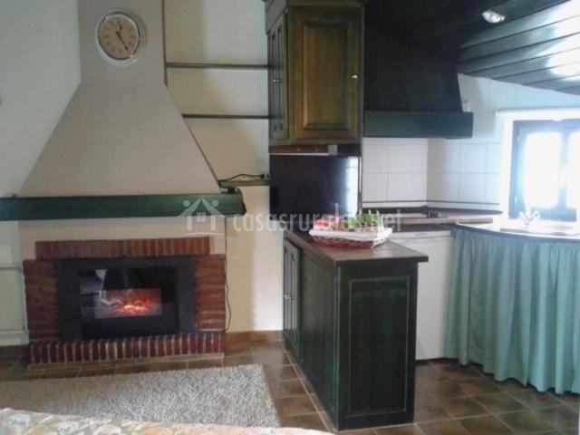 Cocina junto a la sala de estar con la chimenea