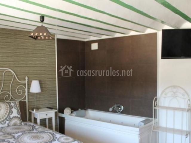 Dormitorio de matrimonio con jacuzzi y televisor