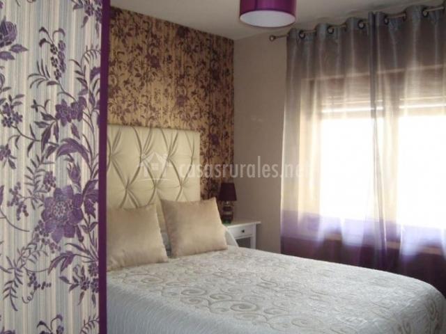 Dormitorio de matrimonio en morado con ventanas