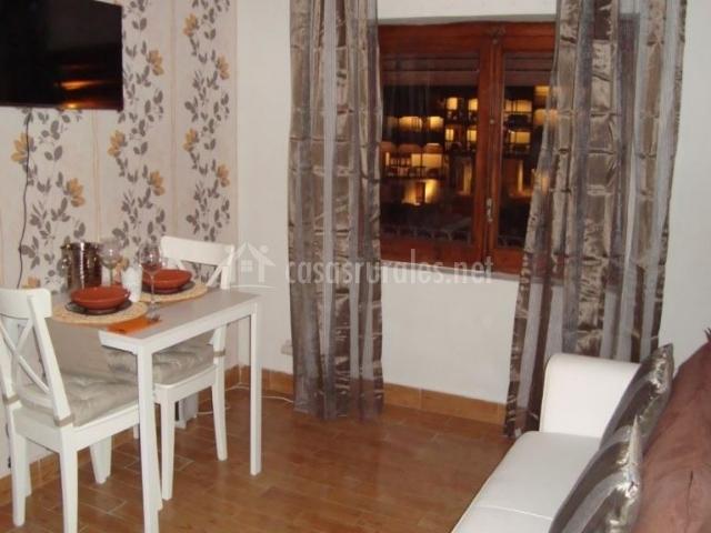 Sala de estar con la mesa en color blanco