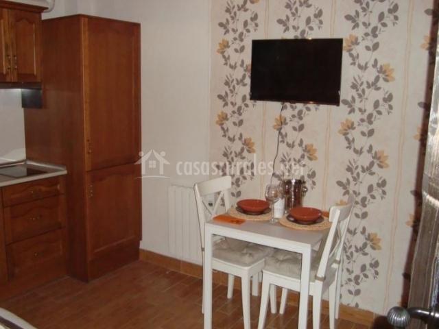 Sala de estar con la mesa y las sillas