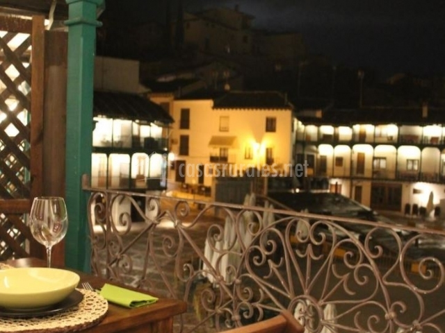 Vistas de una terraza por la noche