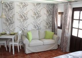 Sala de estar integrada con sillones y mesa