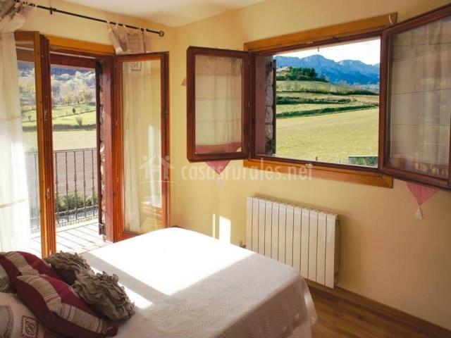 Habitación de matrimonio con vitas y salida al balcón