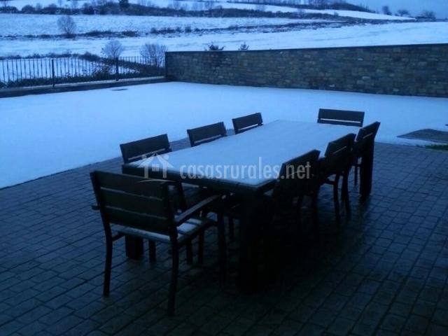 Mesa del porche nevada