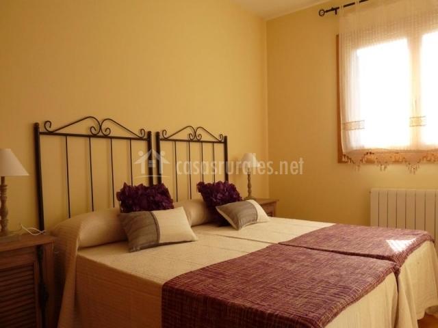 Dormitorio doble camas individuales granate